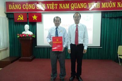Đồng chí Phạm Phú Long - Đảng viên Đảng bộ Công ty Cổ phần Cấp nước Bến Thành vinh dự nhận huy hiệu 30 năm tuổi Đảng